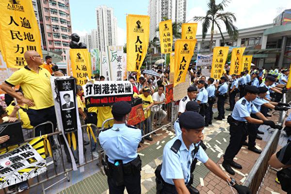 香港特首梁振英8月11日到天水圍出席地區論壇,多個政黨和團體到場示威抗議,批評梁振英將香港中共黑道化,應該儘早下台。(潘在殊/大紀元)