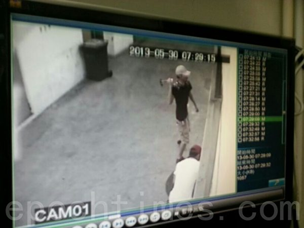 兇徒砸香港大紀元玻璃門。(視頻截圖)