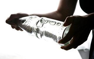 很多人喜歡買塑料瓶裝的礦泉水,一部分人認爲瓶子重複使用更節省和環保,也有不少人認爲礦泉水瓶子重復使用會攝入有毒物質和細菌。(Andreas Rentz/Getty Images)