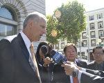 8月14日,联邦第九巡回法庭就加州禁鱼翅案要求法庭禁制令的上诉案听证之后,上诉方律师布里尔(左)在法庭外接受媒体采访。(周凤临/大纪元)