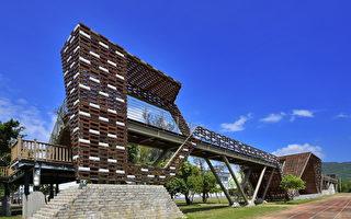 """横跨恒春古城门的""""漂浮城墙""""获得2013年建筑园冶奖。(屏东县政府提供)"""