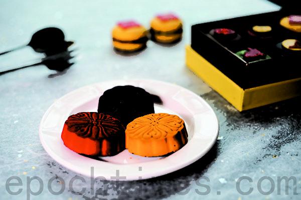 维多丽亚酒店三款巧克力月饼,番石榴凤梨(红)、茉莉花芒果(紫)、香蕉芝麻榛果(黄)。(庄孟翰/大纪元)