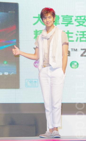 白色與亞麻色的T恤穿搭,巧妙營造出層次感,很有他小清新的文藝味道。(黃宗茂/大紀元)