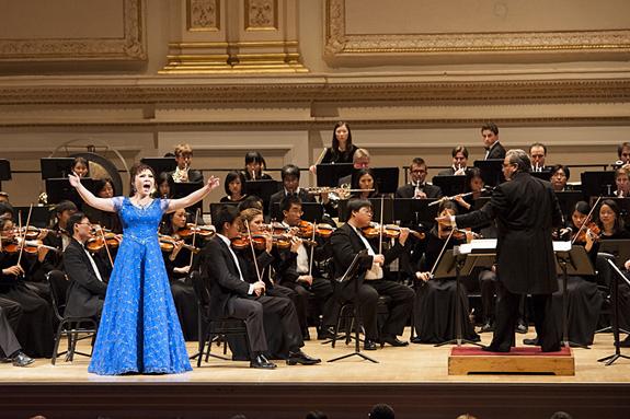 2012年10月,神韵交响乐团在纽约卡内基音乐厅(Carnegie Hall)的世界首演,在观众经久不息的掌声与欢呼声中,乐团成员们三次安可,三次谢幕。(摄影:戴兵/大纪元)
