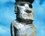 """复活节岛巨大的石像,有着不可思议的凝视。岛上巨石雕刻及很明显的先进文明起源曾在此遥远的海岛上兴盛之谜,学者们至今仍无令人满意的解释。是否答案与该地传说有关?即复活节岛曾是一个""""庞大国家""""的一部分。(图:商周出版 提供)"""