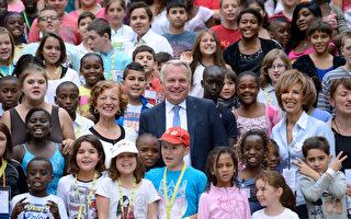 法国总理埃罗和夫人一起在总理接待了300名贫困儿童游玩一日,野餐夏令营。        ( ERIC FEFERBERG/AFP/Getty Images)
