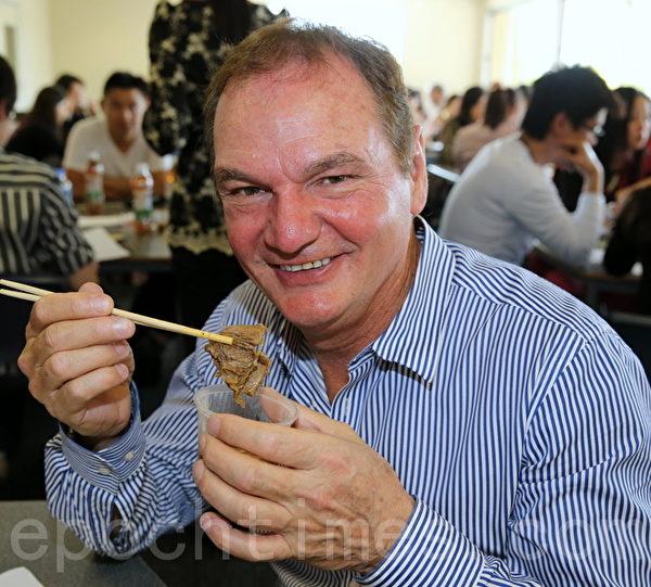 依普斯威奇市Paul Pisasale市长试吃牛肉面。(摄影:林珊如/大纪元)