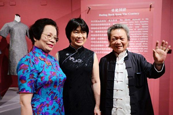 台湾文化部长龙应台(中)与资深旗袍师傅许荣一(右)及花扣师傅蔡蕊(左)合影。(摄影:钟元/大纪元)