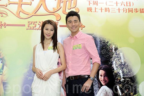 黄翠如和洪永城昨日一同为《走过浮华大地亚洲篇》作宣传。(宋祥龙/大纪元)