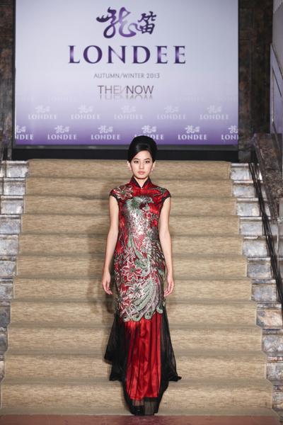 名模陈婕纶穿着无比奢华的凤凰图腾刺绣礼服,是不是很有甄嬛的气势。(图:龙笛提供)