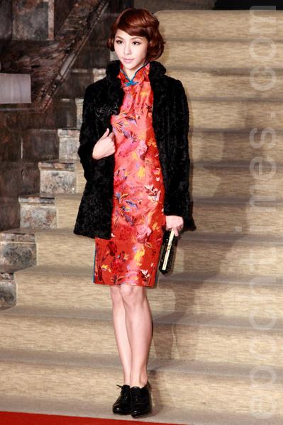 精致的多彩绣花遍布于绽放的艳红布料上,衬托肤色更显娇艳。(丘普林/大纪元)
