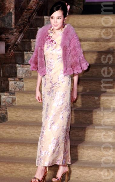 名模吴品萱穿着鹅黄底的荷叶领刺绣旗袍,搭配藕粉色皮草披肩,优雅秀丽。(丘普林/大纪元)