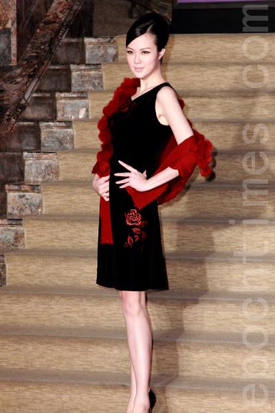 红色玫瑰刺绣绽放在黑色洋装上,搭配皮草披巾,流露深邃迷人的气质。(丘普林/大纪元)