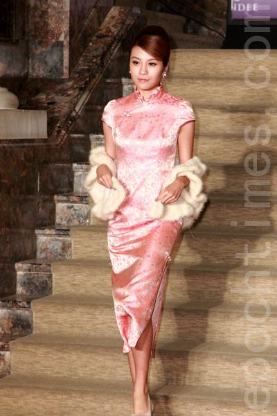 粉红色花卉刺绣、精巧盘扣与别致的小荷叶立领,甜美秀气。(丘普林/大纪元)