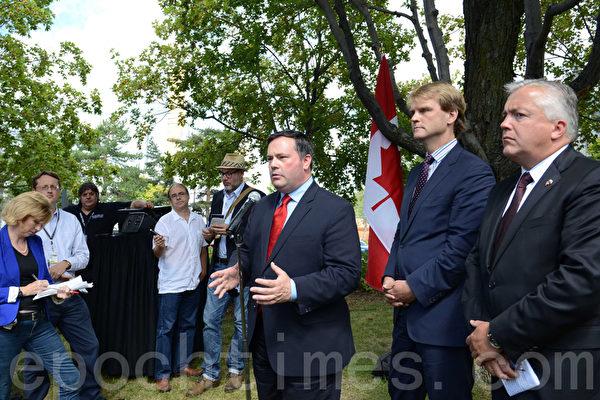 8月23日,加拿大多元文化部长康尼(Jason Kenney)(右3)、公民及移民部长亚历山大(Chris Alexander)(右2)在渥太华宣布最高150万元支持建共产主义受害者纪念碑。右1是赞颂自由(Tribute to Liberty)主席克林科斯基(Ludwik Klimkowski)。(摄影:Matthew Little/大纪元)