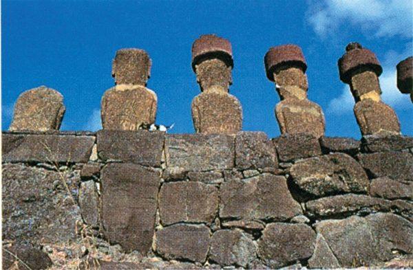 瑙瑙祭坛的巨石雕像,这些石雕并非同一时期,而是许多时期的作品。(图:商周出版 提供)