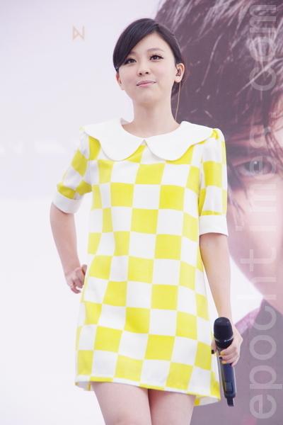 卓文萱特别穿上黄色短裙现身。(摄影:黄宗茂/大纪元)