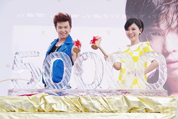 师姐兼好友卓文萱(右)特地出席,为黄鸿升站台,祝贺专辑热销。(摄影:黄宗茂/大纪元)