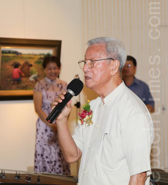 艺文团体理事长协会前任理事长主席李春成,感谢大家对创会15年来的支持与鼓励。(郑顺利/大纪元)