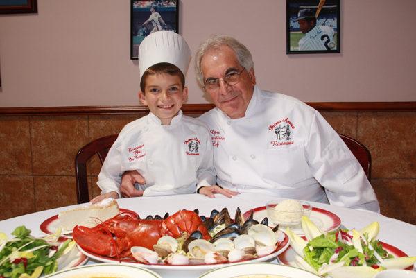 主厨Gino经常在餐厅传授厨艺给喜爱烹饪的孙子西杰。(摄影:王雯雯/大纪元)