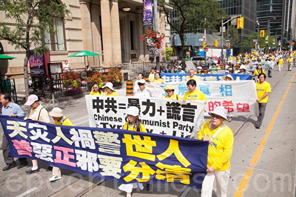 8月25日,上千名加拿大法輪功學員在多倫多大都會(Metro Hall)舉行盛大集會和遊行。(艾文/大紀元)