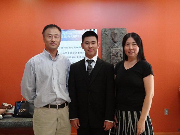 少年组金奖得主王汝源(中)与父母在比赛现场。(姬承羲/大纪元)