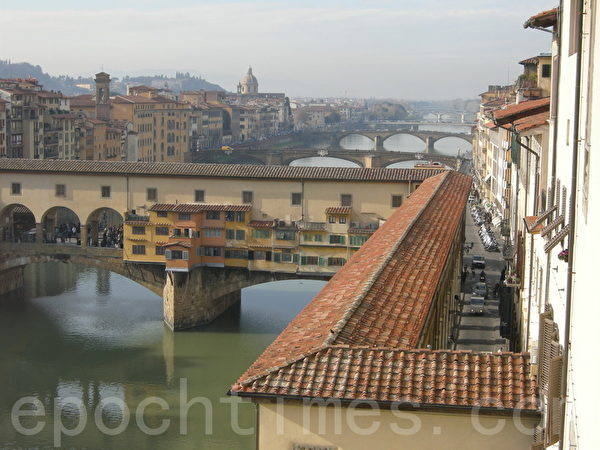 柯西莫一世进驻旧宫(Palazzo Vecchio)时,他要求瓦萨利加盖一个1000公尺长的长廊,以便把旧宫与碧堤宫(Palazzo Pitti)连接起来。图为从乌菲兹美术馆眺望亚诺河看到的一段。(史多华/大纪元)