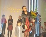 洪曉蕾兒子Arthur(左)打扮成小紳士上台獻花。(圖/德豐提供)