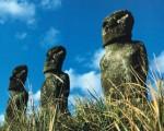 阿奇维祭坛七座灰色、沉思未来的石像之中的三座。(图:商周出版 提供)