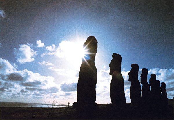 六月夏至,日落光线不偏不倚直射石像前额。(图:商周出版 提供)