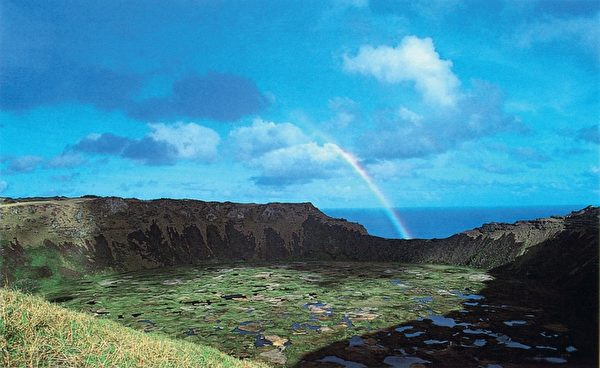拉诺考火山口上的彩虹奇景。(图:商周出版 提供)