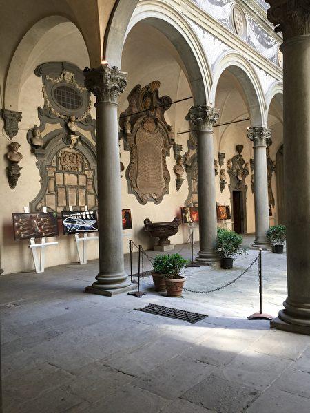 米开洛左(Michelozzo di Bartolomeo Michelozzi,1396–1472)为美迪奇家族盖的宅邸,Palazzo via Larga(今Palazzo Medici Riccardi)。(史多华/大纪元)
