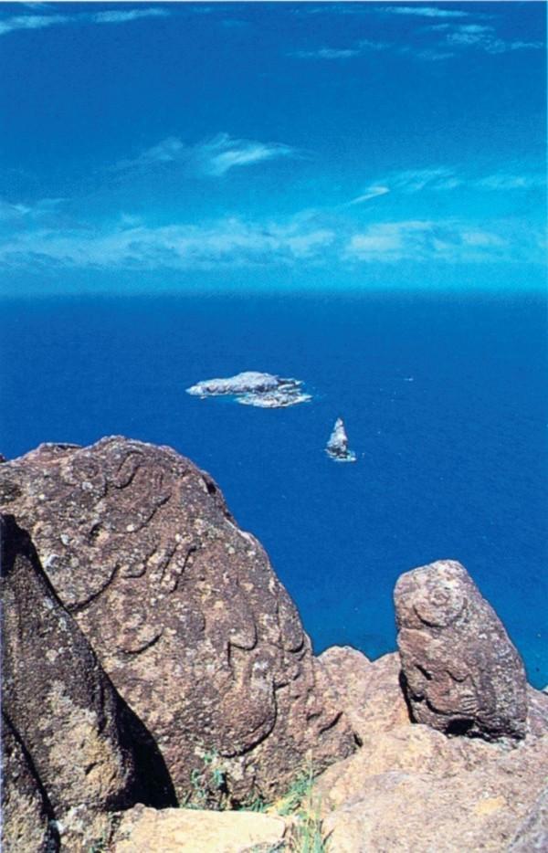 奥伦果刻有鸟人形象的岩石。身后是摩图考考岛、摩图伊提岛及摩图奴岛。(图:商周出版 提供)