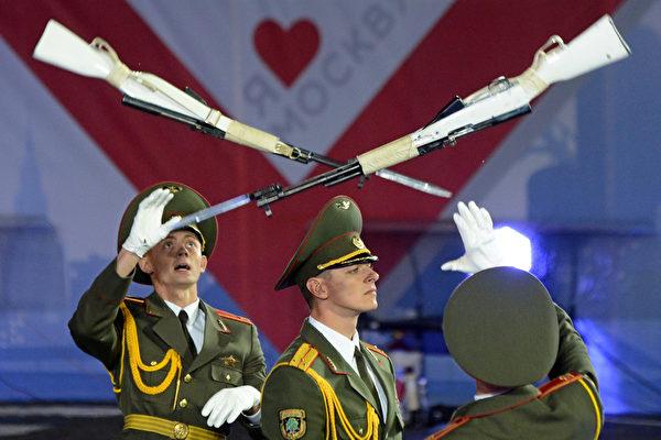 2013年「斯帕斯卡亞塔樓」國際軍樂節在莫斯科紅場拉開帷幕。軍樂節將於9月1日至9月8日舉行。攝影於2013年9月1日。(KIRILL KUDRYAVTSEV/AFP)