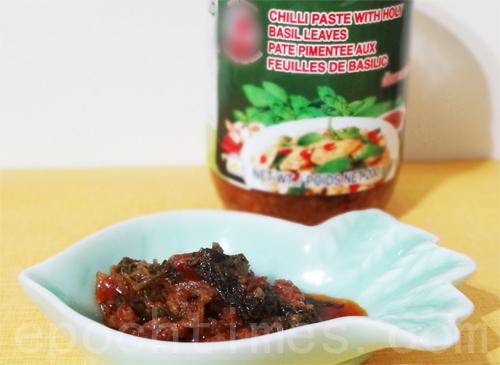 打拋醬1.5大匙(可代替打拋葉、辣椒、鹽)。(攝影:彩霞/大紀元)