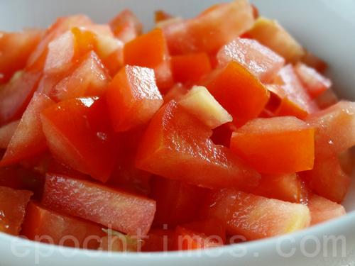 番茄1個切丁。(攝影:彩霞/大紀元)