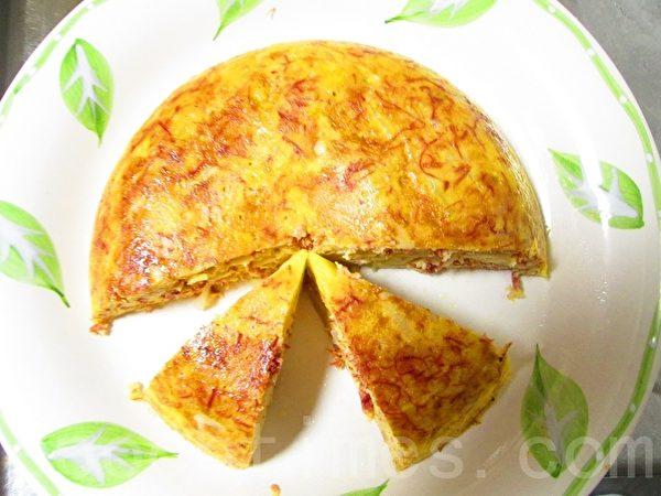 煮好后,取出内锅,上覆大盘子倒扣取出蛋饼。略待凉,切块。(摄影:家和/大纪元)