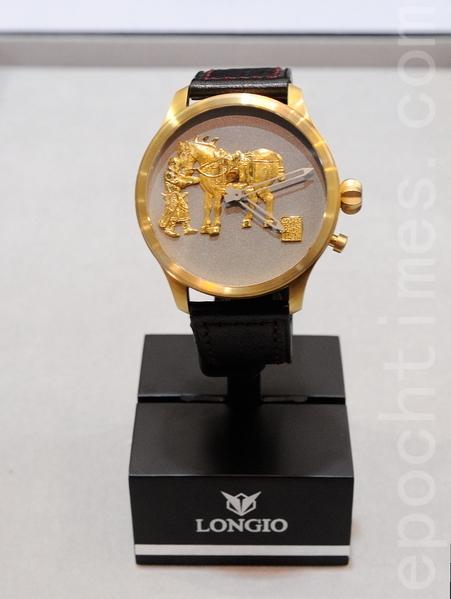 """一只价值人民币68万元的黄金微雕腕表,表盘上雕刻的是唐太宗李世民的坐骑和大将邱行恭,大将为保主公宁愿牺牲自己,讲述的是一个""""勇敢和忠诚的故事""""。(宋祥龙/大纪元)"""