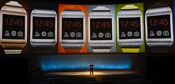 德國柏林消費電子展,三星電子公司(Samsung)9月4日推出廣受期待的智慧型手錶(Galaxy Gear smartwatch)。(JOHN MACDOUGALL/AFP)