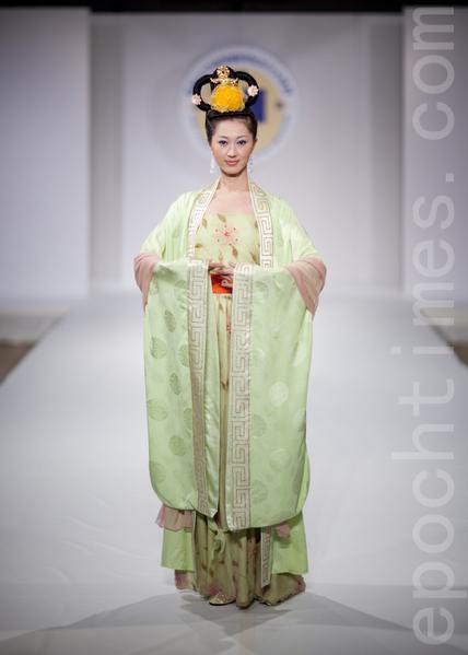 """从首届汉服大赛就作为首席模特的袁宇婷,在纽约2010年第三届""""全球汉服回归设计大奖赛""""上。(大纪元图片)"""