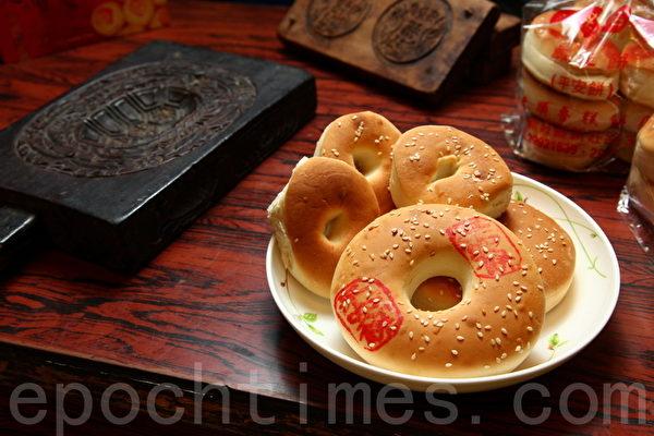 咸光饼有大、中、小3种尺寸。(庄孟翰/大纪元)