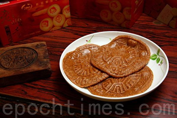 有着红龟粿外型的花生粿,花生香气十足,每块30元。(庄孟翰/大纪元)