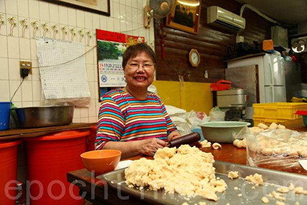 信芳饼店第3代老板邱李婀婉。(庄孟翰/大纪元)