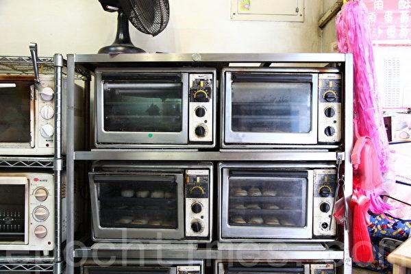 信芳饼店堆叠成排的小型烤箱里面,烤著全台北最好吃的豆沙饼。(庄孟翰/大纪元)