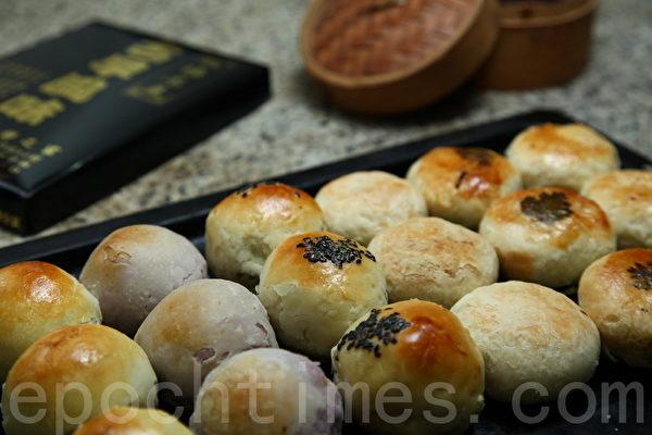 信芳饼店各式古早味月饼。(庄孟翰/大纪元)