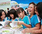東河國小學童在書海中挑選自己喜歡的書。(許享富 /大紀元)