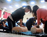华医新生训练,CPR轮番上阵。(摄影:赖友容/大纪元)