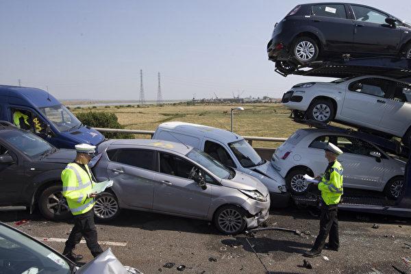 英國肯特郡謝佩立交橋(Sheppey crossing)發生130輛車連環撞車事故。攝影於2013年9月5日。(JUSTIN TALLIS/AFP)