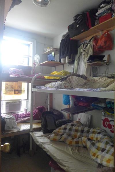 这是间隔出来的一间小房,四床位住四人,原来还住五个人,经常是这样。(摄影:蔡溶/大纪元)