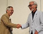 宫崎骏(右)与吉卜力工作室影片制作人铃木敏夫,新动画《起风了》正在日本大卖,也意外吹起甜点旋风。(图为二人6日出席宫崎骏退休记者会)(Photo/TOSHIFUMI KITAMURA/AFP/Getty Images)